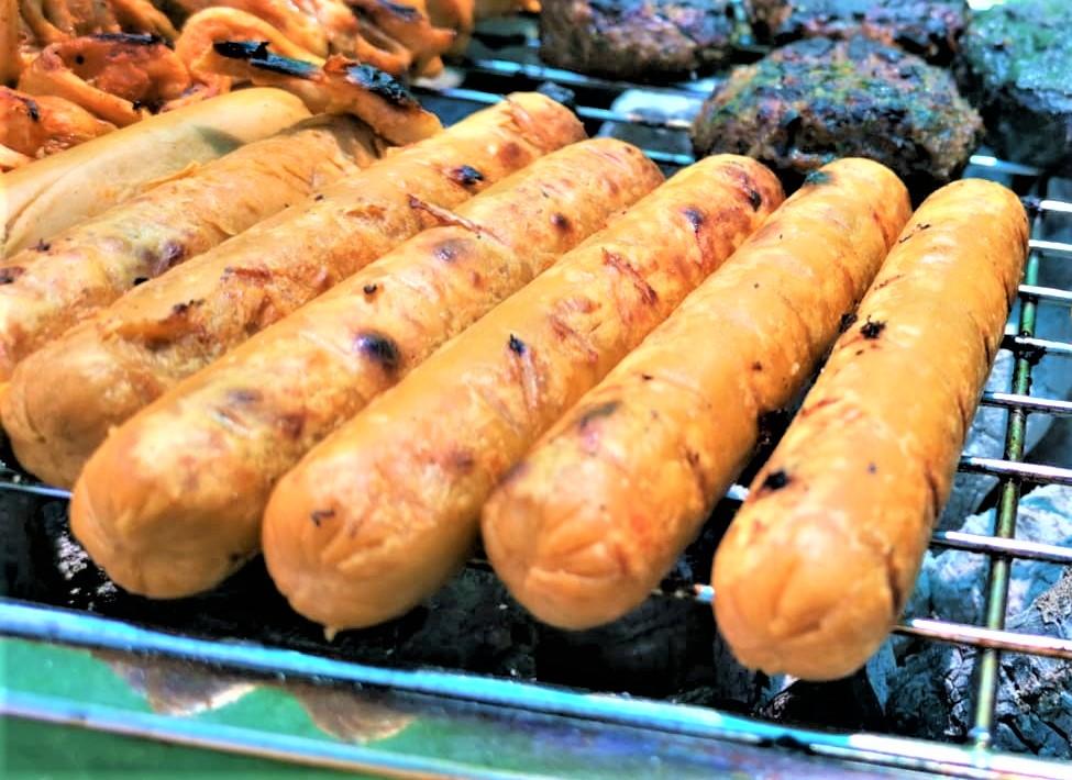 נקניקיות חלבון אפונה טבעוניות בסגנון אנגלי